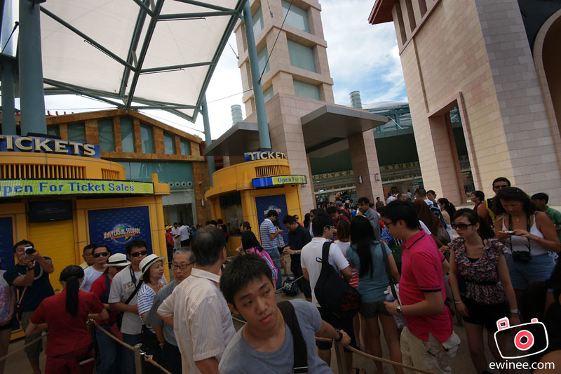 GOING-INTO-UNIVERSAL-STUDIOS-SINGAPORE-ppl-queueing