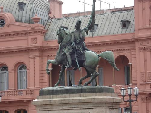 Escultura na frente da casa Rosada