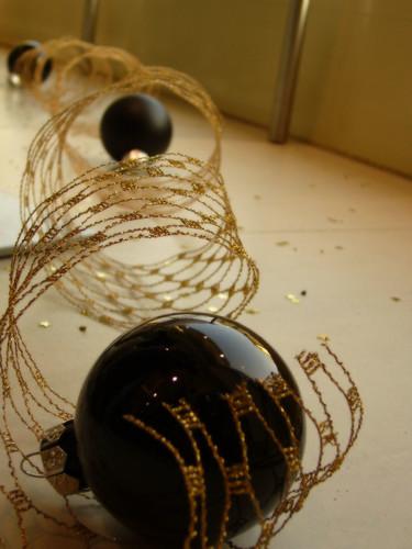 di vetrina natale nero filo nere lucido riflesso palline addobbi doratp
