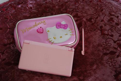 pink nintendo ds lite © flickr.com/love♡janine