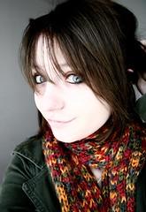 t frio (re_) Tags: blue red portrait green eye me girl beauty yellow canon myself poser mulher garota quarto menina xti reanjos