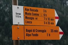 Wegweiser Spruga ( TI - 1`113 m - Standorttafel Tessiner Wanderwege ) im Dorf Spruga im Onsernonetal - Valle Onsernone im Kanton Tessin der Schweiz (chrchr_75) Tags: hurni170221 hurni christoph chriguhurnibluemailch februar 2017 februar2017 onsernonetal valle onsernone kanton tessin südschweiz kantontessin schweiz susise switzerland svizzera suissa swiss wegweiser standorttafel suisse