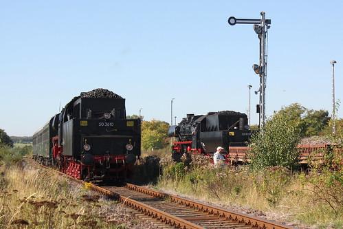 50 3610 mit Personenzug und 52 8131 mit Güterzug begegnen sich im Bahnhof Klostermansfeld