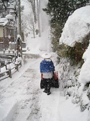Village - snow clearing in cool straw hat (drayy) Tags: snow ski hat japan skiing village bamboo onsen hotspring nagano 雪 snowcovered 長野 温泉 雪かき kasa nozawaonsen かさ きれい 野沢温泉 snowclearing 村 ぼうし 笠