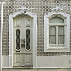 Fachada de Olhão (John LaMotte) Tags: fachada puerta porta portugal door dintel azulejos olhão ventana window janela fenêtre infinitexposure ilustrarportugal algarve