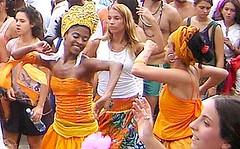 Ouro (Raul Lisboa) Tags: brazil brasil riodejaneiro pessoas areia musica carnaval ipanema riomaracatu danca cfrj050208riomaracatu