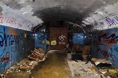 Entrada a los tneles de Cabo Silleiro (pixeldfotos) Tags: blue azul canon entropy eos graffiti darkness hole d agujero ruin ruina burn subterraneo kdd 50 tunel burned vigo baiona oscuridad railes quemado izquierda derecha entropa cabosilleiro kdds derechaoizquierda