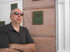 Jon poses in front of Rod Steiger's home. (09/03/2006)