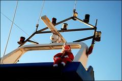 PAPA NOEL TAMBIEN EN BARCO (ABUELA PINOCHO ) Tags: navidad barco noel cielo papa muñecos contrapicado antenas abigfave seeorwrite