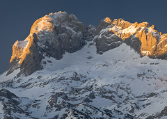 Cemba Vieya (jtsoft) Tags: mountains sunrise landscape asturias olympus alpenglow picosdeeuropa e510 cangasdeonís zd50200mm torresantamaría jtsoftorg