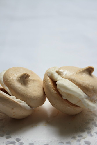 banana&white chocolate honey macaron