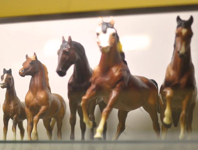 horse figurines+plastic horses