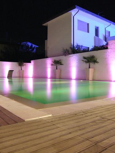 Giochi di luce a bordo piscina