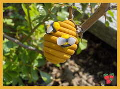 Favo con api in fimo, ciondolo o charm - Honeycomb with little bees pendant or charm, polymer clay (*Merylu*  PetiteFraise) Tags: yellow mobile handicraft necklace spring phone handmade craft jewelry charm bijoux bee polymerclay fimo clay ape etsy honeycomb pendant favo jewellry polymer artigianato ciondolo bigiotteria