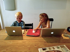 Apple bonanza (Mads Boedker) Tags: morning game apple kids children mac computers powerbooks mackids playingkids
