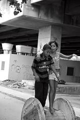 Brincadeiras (Elisngela Leite) Tags: americalatina brasil riodejaneiro mare rj cotidiano brincar criana crianas menina periferia favela menino lazer brincando pu brincadeira entretenimento viaduto comunidade americadosul diversao divertimento improviso criatividade passatempo linhavermelha diaadia comunidadepopular complexodamare parqueunio recreaao brincadeiraderua brincadeiradefrias
