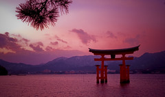 宮島町 Miyajima (Jos Mecklenfeld) Tags: japan shrine miyajima fullhouse 日本 torii soe jos itsukushima honsu 宮島町 mecklenfeld diamondclassphotographer flickrdiamond flickrestrellas