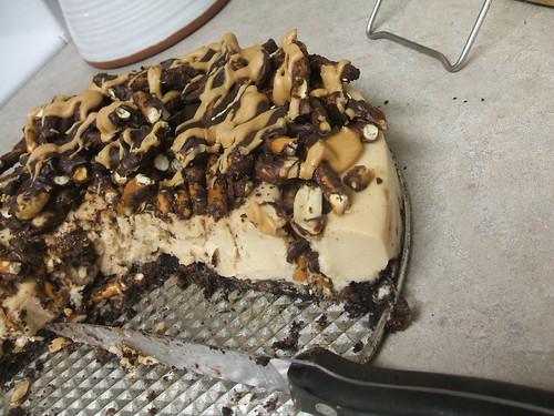 chocolatecoveredpretzelpeanutbuttermoussecake1