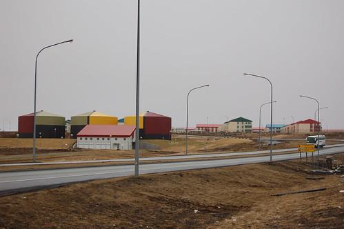 空港近くのカラフルな住宅とタンク