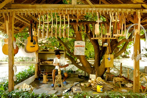 outdoor guitar shop store cebu alegre craftsman handicraft vendro Pinoy Filipino Pilipino Buhay  people pictures photos life Philippinen  菲律宾  菲律賓  필리핀(공화국) Philippines