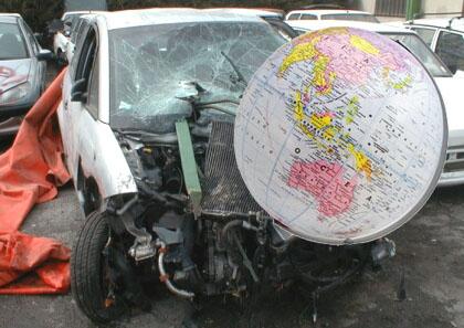 Globo terráqueo estrellado contra un coche