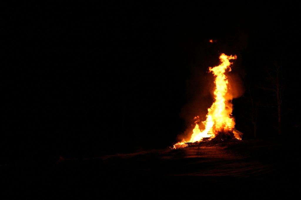 Resultado de imagen de dark cabin fire