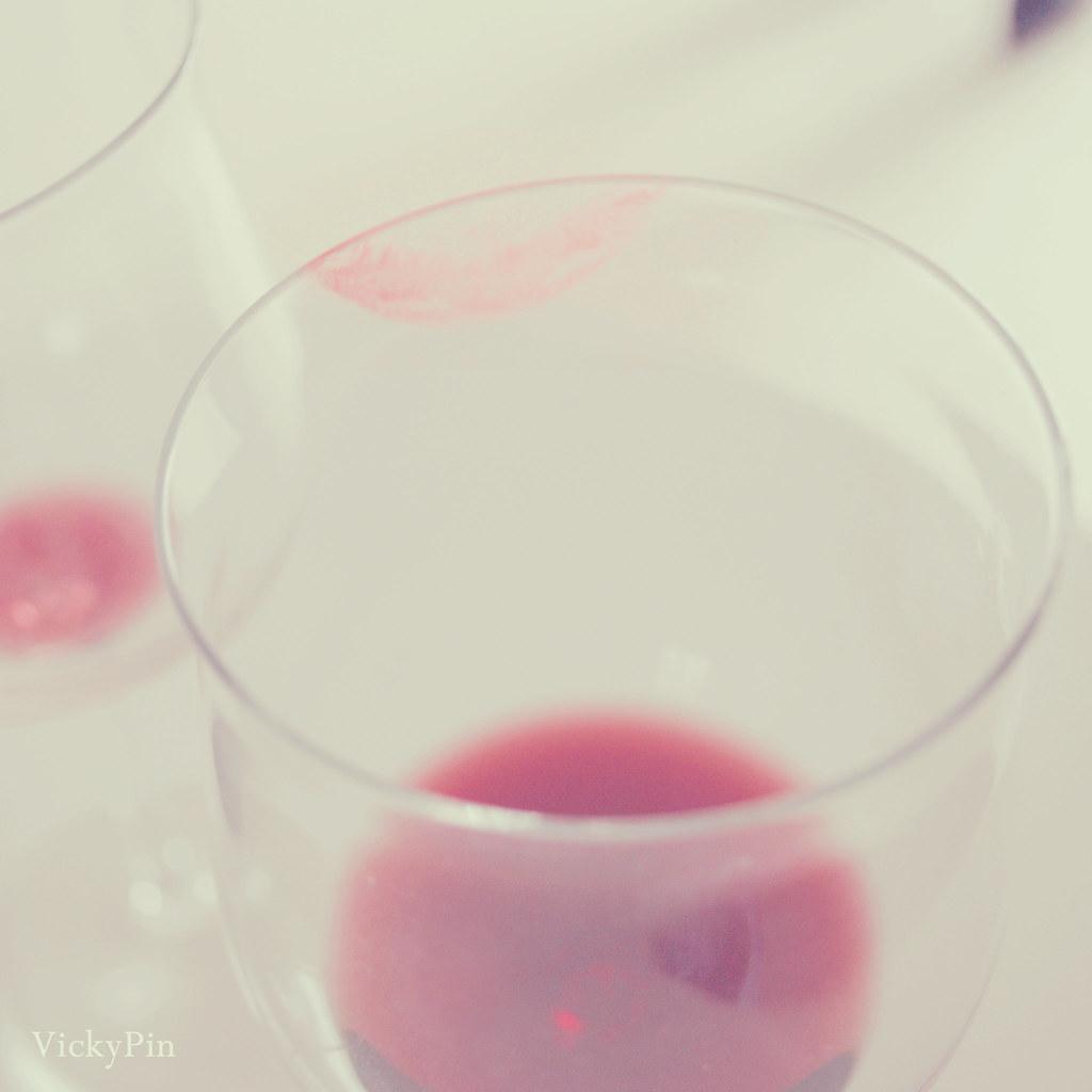 Los labios de Mirona en el vino