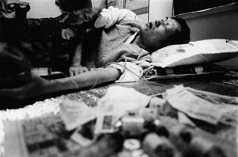 李錦章生命的最後全身插滿維生管線,但是心中還是掛念著血友愛滋病患的後續照護問題。