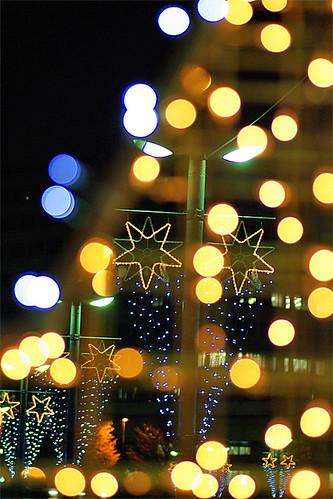 キラキラなイルミネーションがツリーを照らす。夜景といえば,サンタを飾る家が増えてきましたね。イブの夜には,WIIFITでFITなんて,色っぽくないことを考えてみたり,WIIを買うなら,ゲームは何がいいかなとか,リモコンのジャケットは付いてくるのかとかPSIIIはそろそろ買い時かな?とか「フィットオアファット」という状態な訳です。