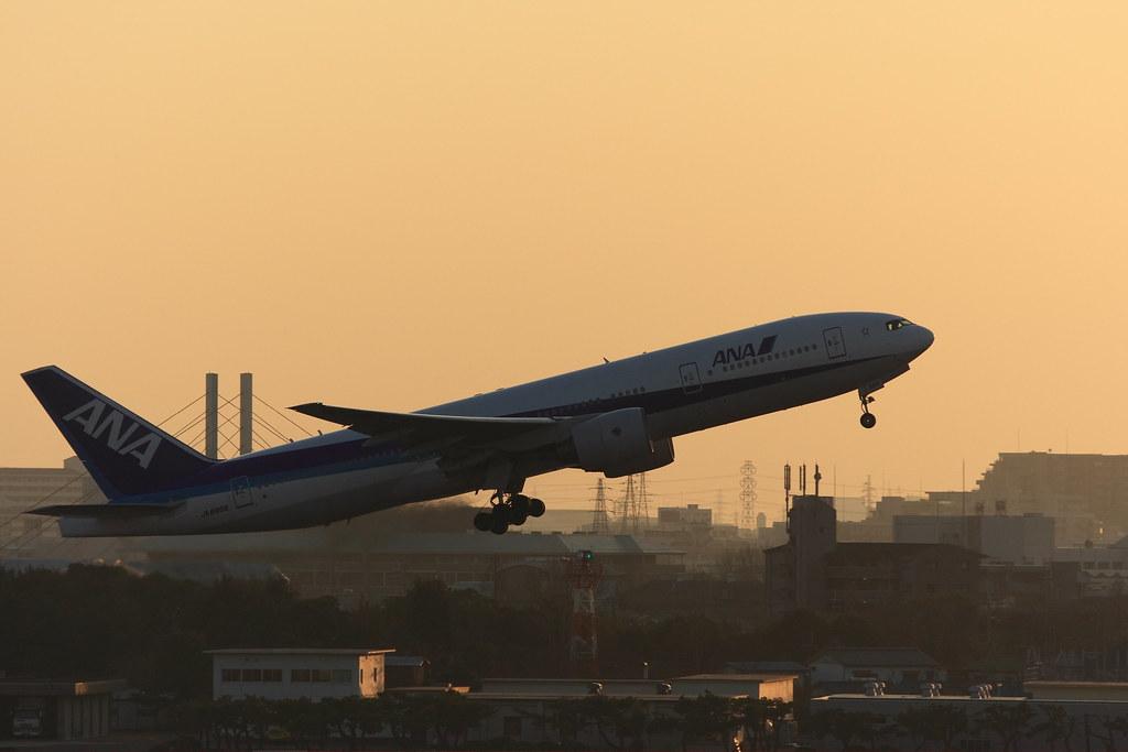 ANA's B777-200 at dusk