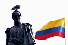 Bolivarianos de verdad (Pankcho) Tags: plaza sculpture simon blanco statue square colombia bogota dove flag bolivar honor paloma pride escultura bust bandera tricolor estatua hermanos orgullo cundinamarca