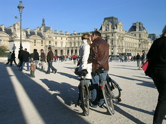 Place du Carrousel - Paris (France) (Meteorry) Tags: autumn boy woman man paris france love girl bike automne kiss europe shadows louvre candid femme bisou bicyclette homme carrousel 2007 placeducarrousel baiser ombres musedulouvre louvremuseum meteorry bise parispeople vlib