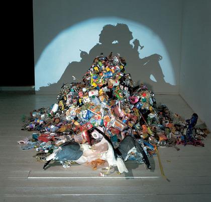 垃圾堆成的人形光影 http://www.flickr.com/photos/anchime/2363533918/