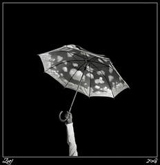 Preparativos... (z-nub) Tags: sky people blackandwhite bw blancoynegro clouds digital zoe hands pentax manos bn personas cielo nubes conceptual paraguas nub extremidad znub pentaxk100d zoelv formatocuadrado víscerasyotrasmetáforas bnysimilares cuadradita personasquenosondelacalle zoelópez cuadradosverticales nubeparaguas sinacento