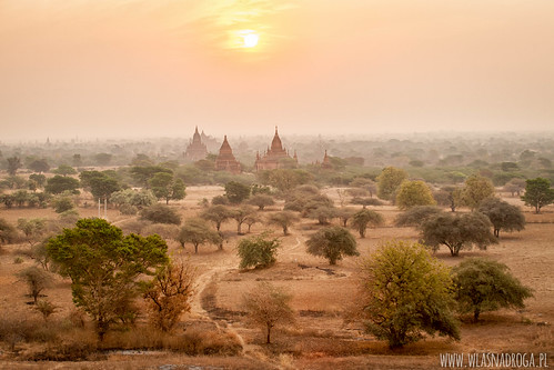 Świątynie w Bagan o poranku