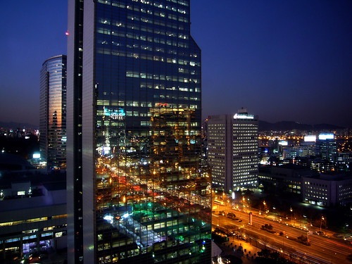 CoEx Building and the street traffic