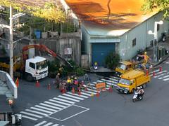 台電維修人員搶救挖斷的電線(造成大停電)