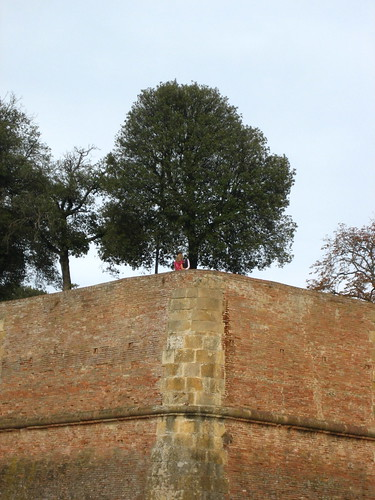 Couple kissing atop the wall of the Basilica