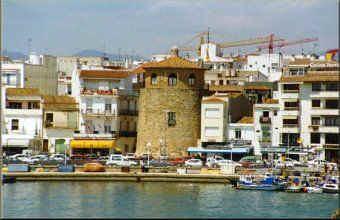 Puerto de Cambrils con torre de defensa