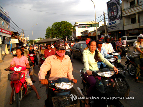 traffic in siem reap, wearing mask