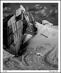 No tuvo ayer su día (Sidi Guariach) Tags: blancoynegro canon20d playa arena cádiz dunas vallas cortadura bwdreams platinumphoto irresistiblebeauty bwartaward bnganadores pacosolís bn052008 sidiguariach