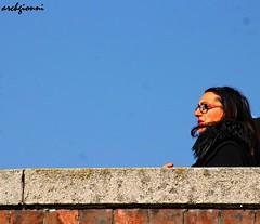 sopra il ponte (archgionni) Tags: people donna woman portrait cattura capture sguardo look viso face occhiali glasses capelli hair labbra lips cielo sky blu blue
