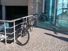 Bicicletas junto ao centro comercial Dolce Vita em Cascais