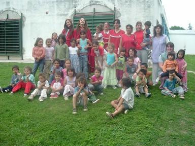 Reina y 2da. Princesa junto con los chicos y docentes del Centro de Apoyo al Niño y la Familia
