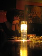 a la luz de una copa