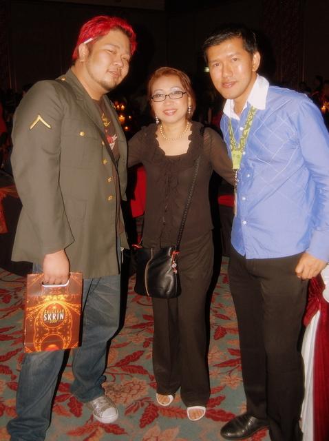 Bersama wartawan Malay Mail, Klubbkidd dan pengarah muzik Anugerah ...