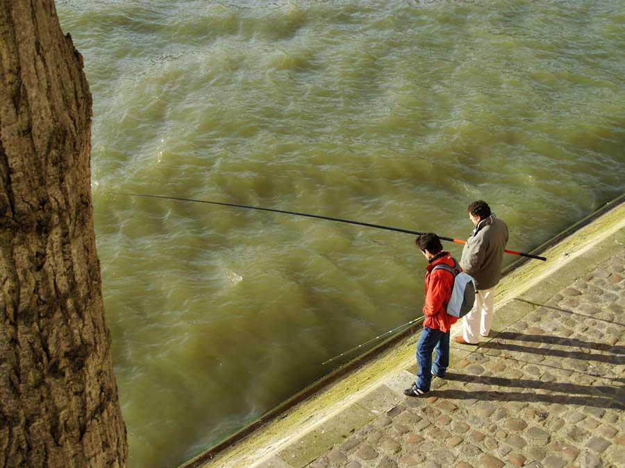 Pêche à la ligne sur les quais de Seine