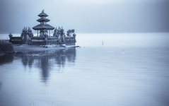 lake temple (*jos*) Tags: travel bali lake water canon indonesia lago temple asia 5d orient acqua viaggi tempio travelphotography canoniani beautifulbali exceptionallybeautifulbaligallery