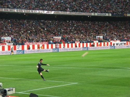 Leo Franco takes a goal kick por Sam Kelly.