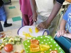 Un élève coupe les poivrons.